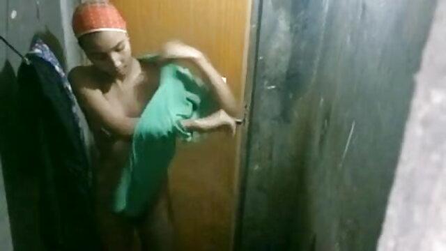 क्लासिक अश्लील सेक्सी मूवी बीएफ वीडियो दृश्य में एक बाथरूम