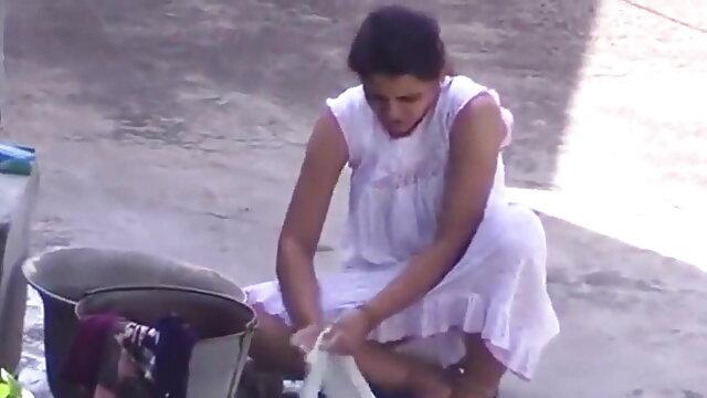 एक छोटे से सफेद फूहड़ लेता है एक बीबीसी सेक्सी बीएफ वीडियो में फुल मूवी डिल्डो जबकि सड़क पर