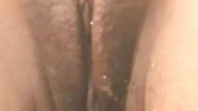 गर्म सुडौल शरीर के साथ संचिका नग्न बेब उसकी त्वचा तंग चमड़े की पैंट बीएफ सेक्सी मूवी वीडियो पर डालता है